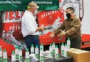 Dona Heineken gel antibacterial elaborado por ellos al Municipio de Meoqui