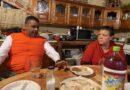 Visita Alfredo Lozoya a padres de Yesi Silva en Meoqui