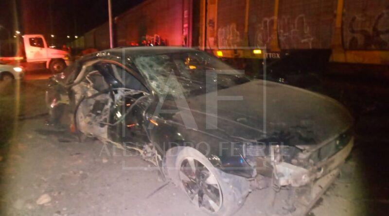 Destroza auto al provocar choque con el tren; hay un herido